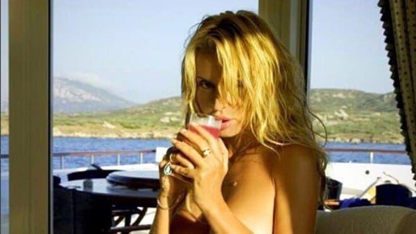 La foto di Valeria Marini completamente nuda sui social... Photoshop?
