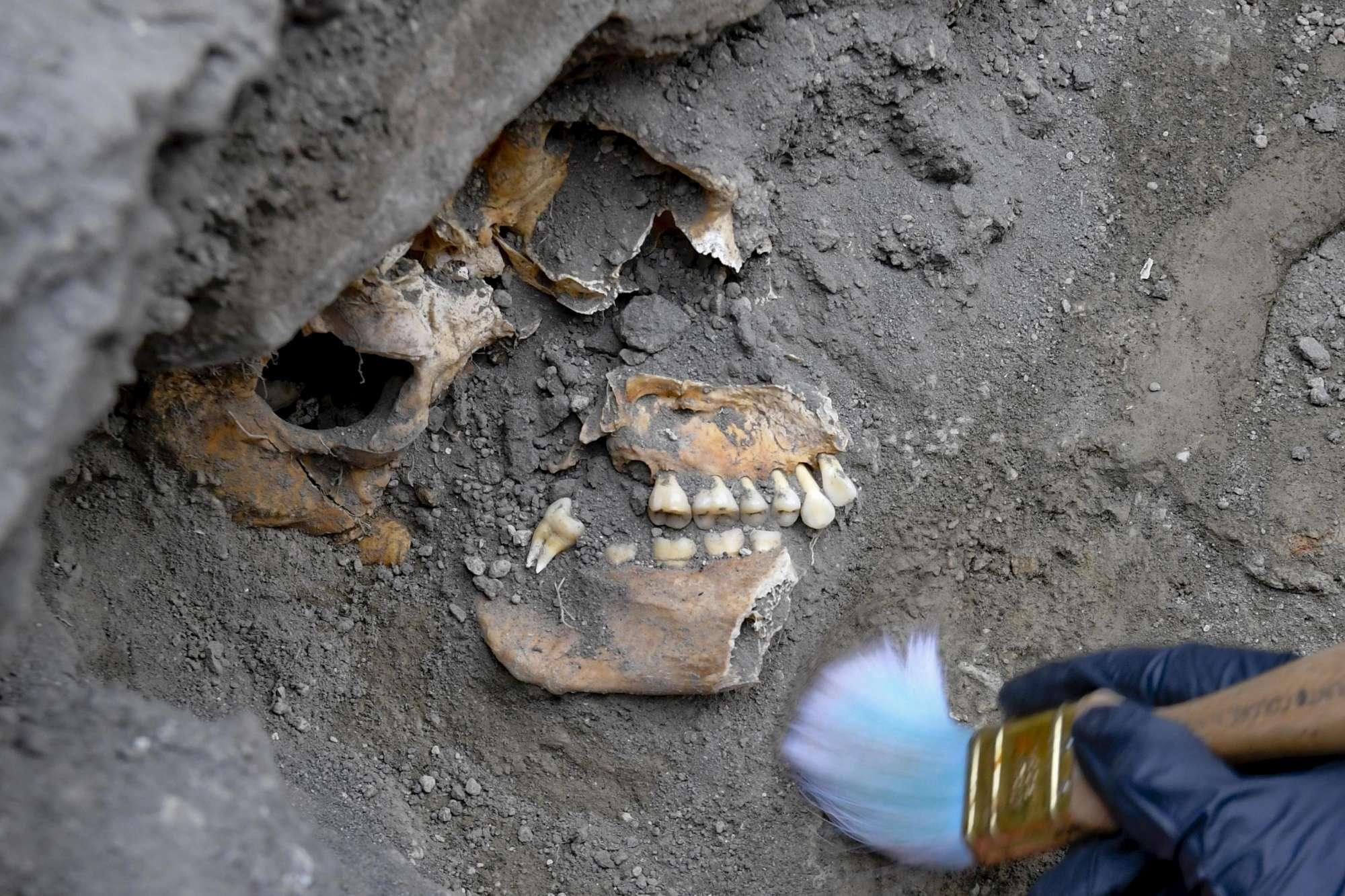 Pompei, nuova scoperta nella casa dove è stata trovata la scritta a carboncino : Trovati 5 scheletri