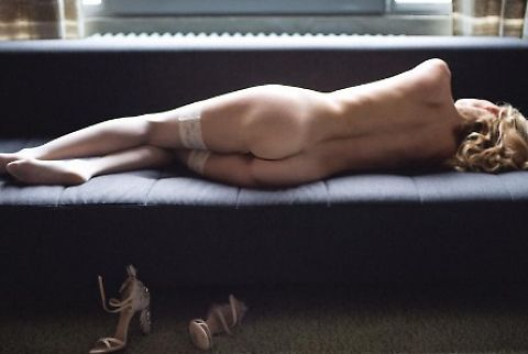 Justine Mattera tutta nuda sul divano
