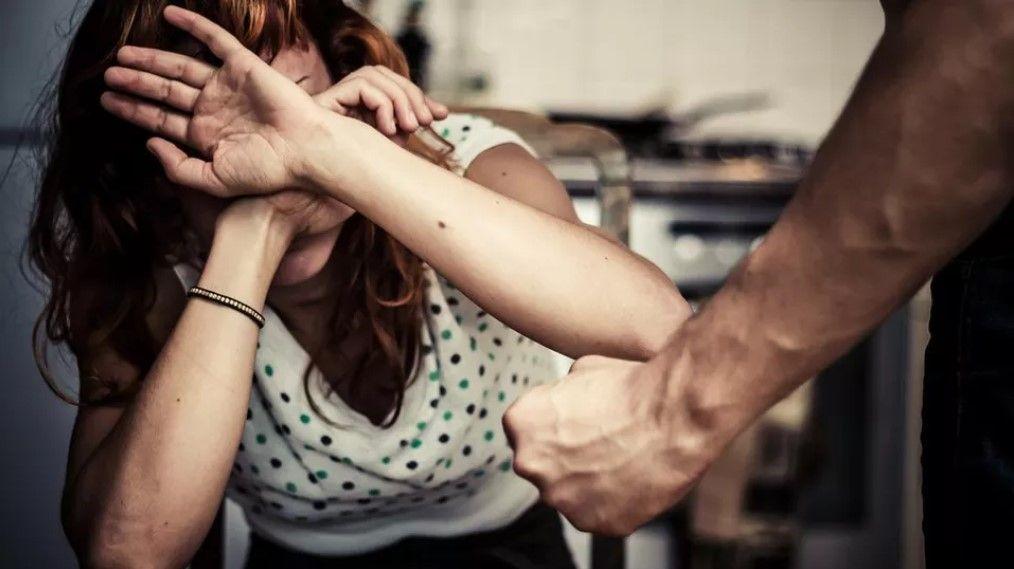 Ora basta! 12enne salva la madre da botte e violenze