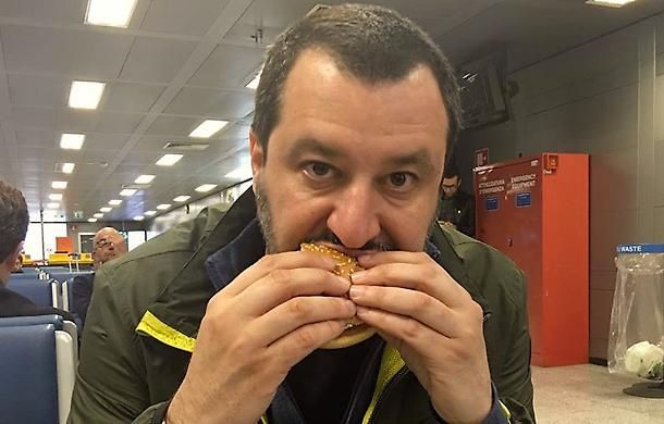 Idiota, spero ti si otturino le arterie! Una dottoressa augura la morte a Matteo Salvini