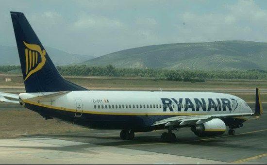 Barcellona, panico a bordo di un aereo della Ryanair : Cellulare prende fuoco, passeggeri evacuati