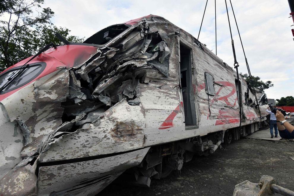 Cina : Treno deraglia, 18 morti e oltre 180 feriti | VDEO