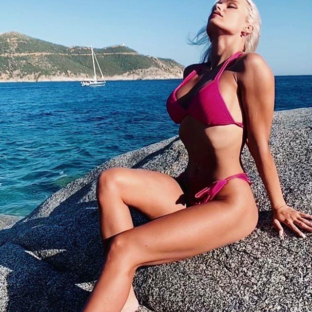 Soprattutto il lato B! Mercedesz Henger da urlo in bikini