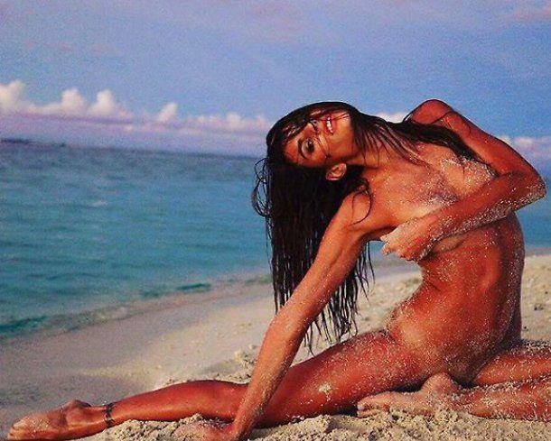 Dayane Mello tutta nuda e super sexy sulla sabbia