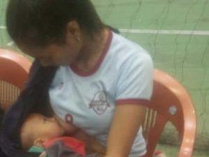 Pallavolista si fa sostituire e allatta il figlio in campo durante partita!