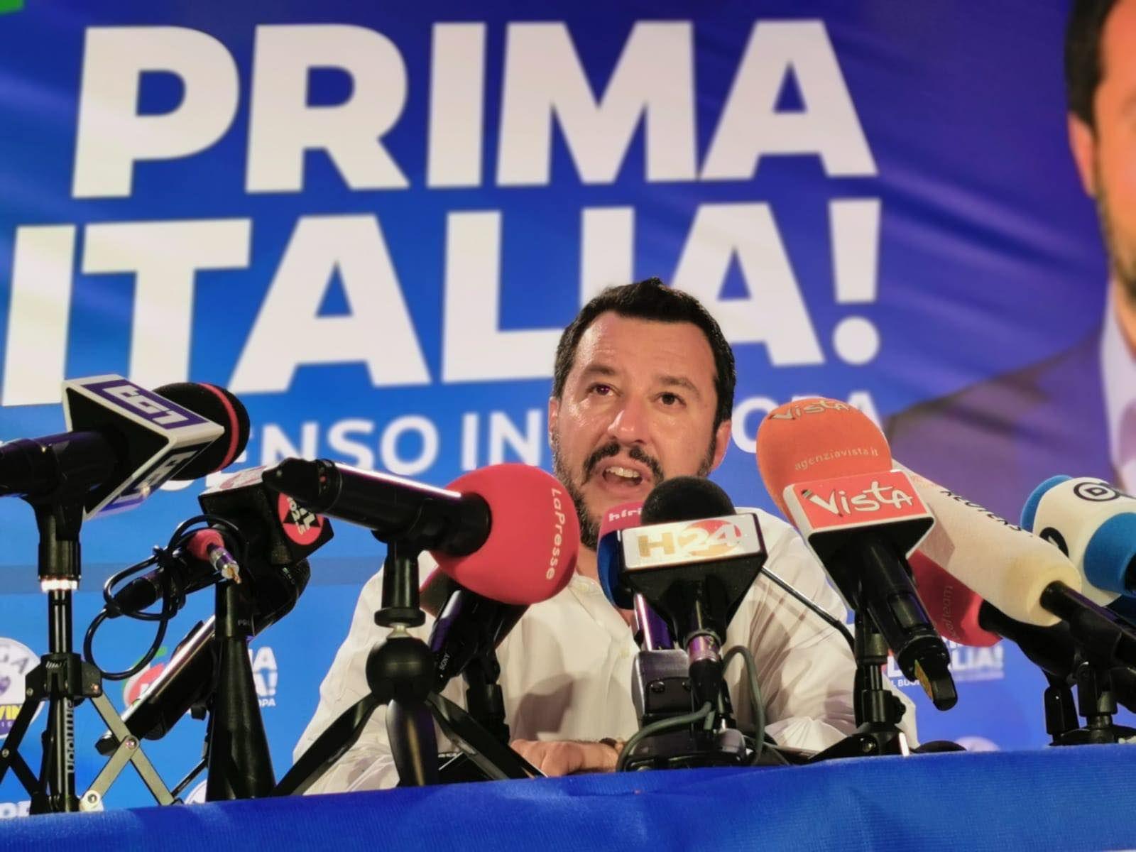 Gesù e quello strano dettaglio alle sue spalle! L'esultanza di Salvini scatena i social