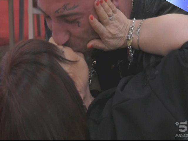 Grande Fratello : Stefania Pezzopane fa piangere Simone e risponde a Favoloso