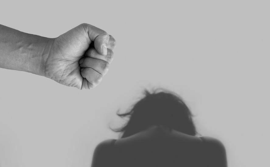 Falsa investigatrice estorceva soldi e minacciava le donne maltrattate