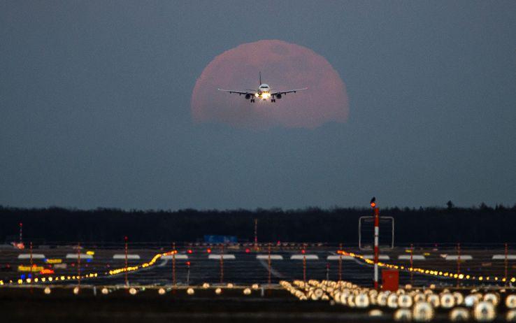 Immobilizzatelo! Tenta di aprire il portellone sul volo Londra-Pisa