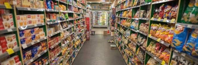 Firenze, marocchino entra in un supermarket per bere alcolici a scrocco