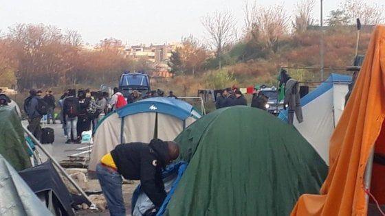 Roma, sgombero Baobab : Centinaia di migranti restano in strada