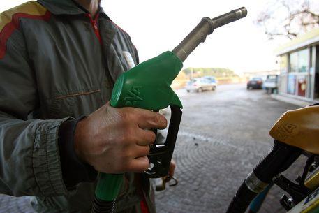 Aumenta il petrolio, vola il costo della benzina: oltre 1,60 euro