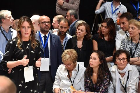 Maria Elena Boschi ... look aggressivo e stivali sopra la coscia