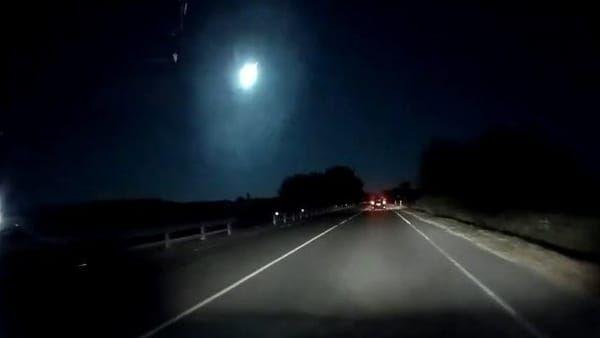 Una scia infuocata! Meteorite attraversa i cieli della Sardegna e illumina la notte