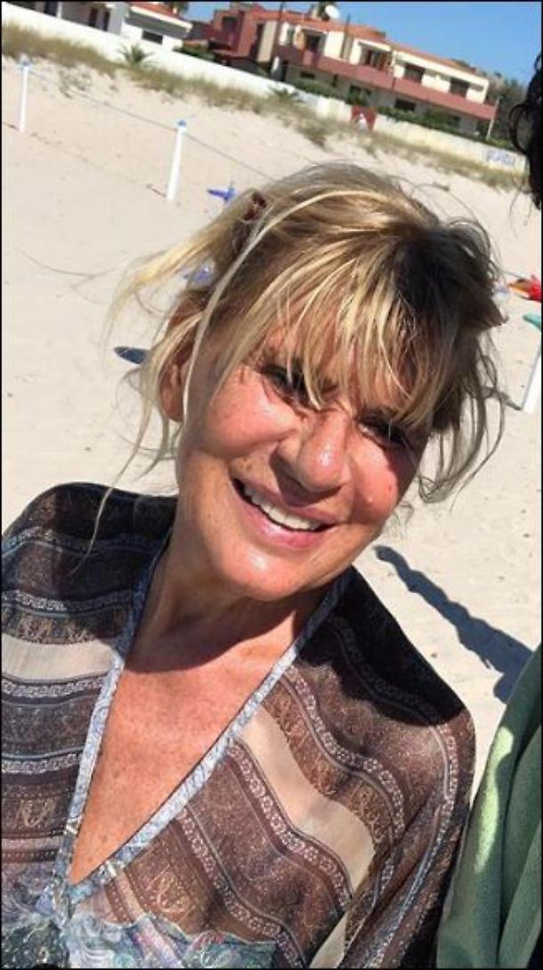 Mai vista così! Gemma Galgani di Uomini e Donne in bikini a 69 anni