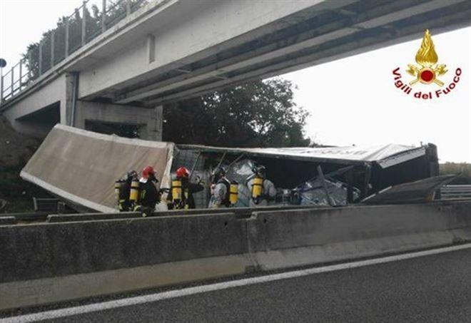 Incidente A21, bus di studenti tampona camion: un morto e diversi feriti