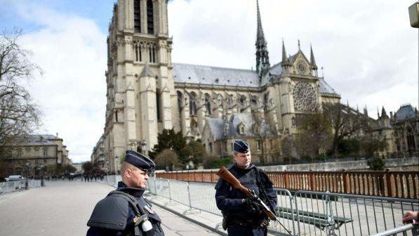 Parigi, l'auto con 7 bombole di gas vicino Notre Dame : Fermata un'altra coppia