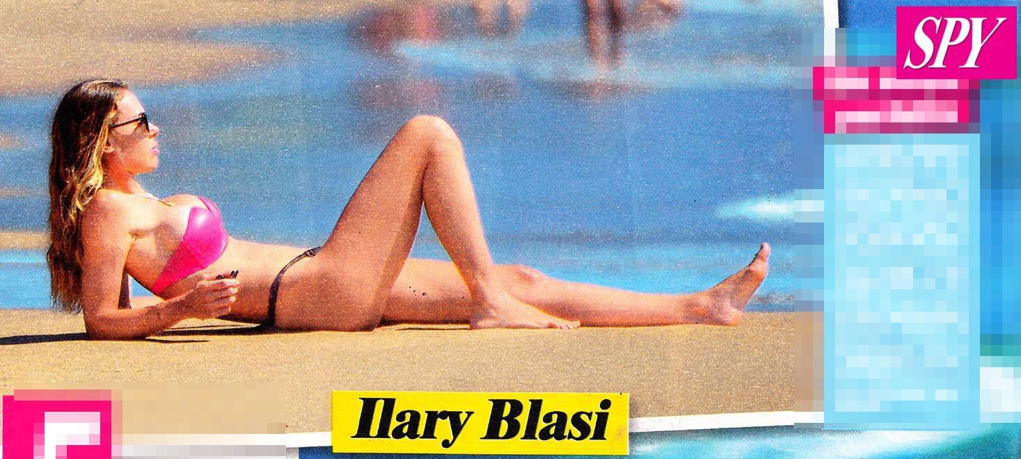 Ilary Blasi bellissima in bikini a Sabaudia