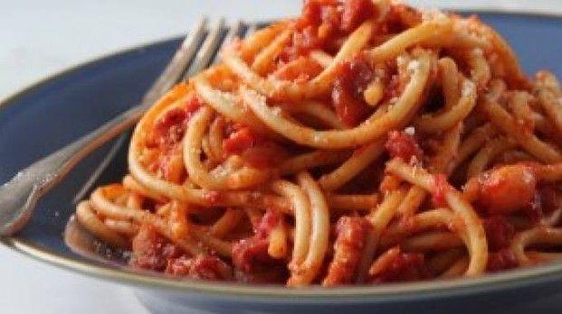 Studentesse americane cucinano un piatto di pasta senza l'acqua e danno fuoco alla cucina