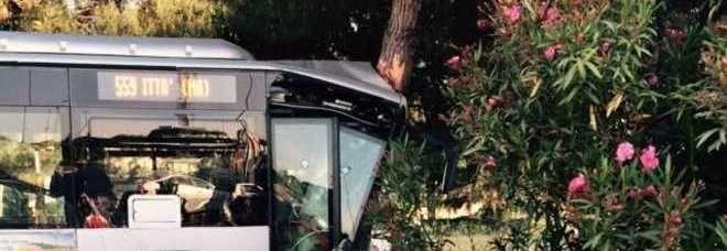 Roma, bus finisce fuori strada : 10 feriti, in condizioni gravissime il conducente