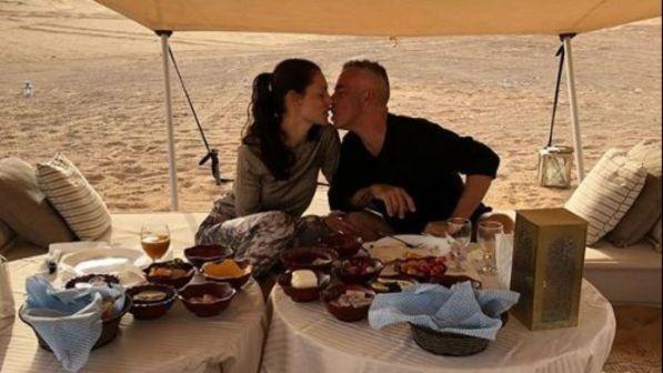 Eros Ramazzotti e Marica Pellegrinelli innamorati nel deserto
