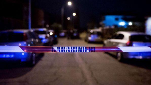 77enne trovato morto in casa dopo 5 giorni : il figlio fermato con l'accusa di omicidio