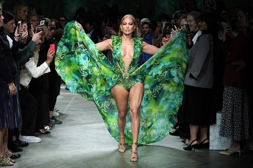 Passerella hot per Jennifer Lopez! Il sexy decolté incanta la Milano Fashion Week