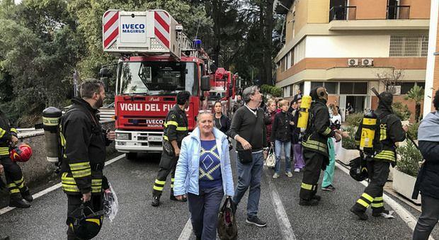 Roma, incendio all'ospedale San Pietro nella notte : Evacuati due reparti, pazienti trasferiti