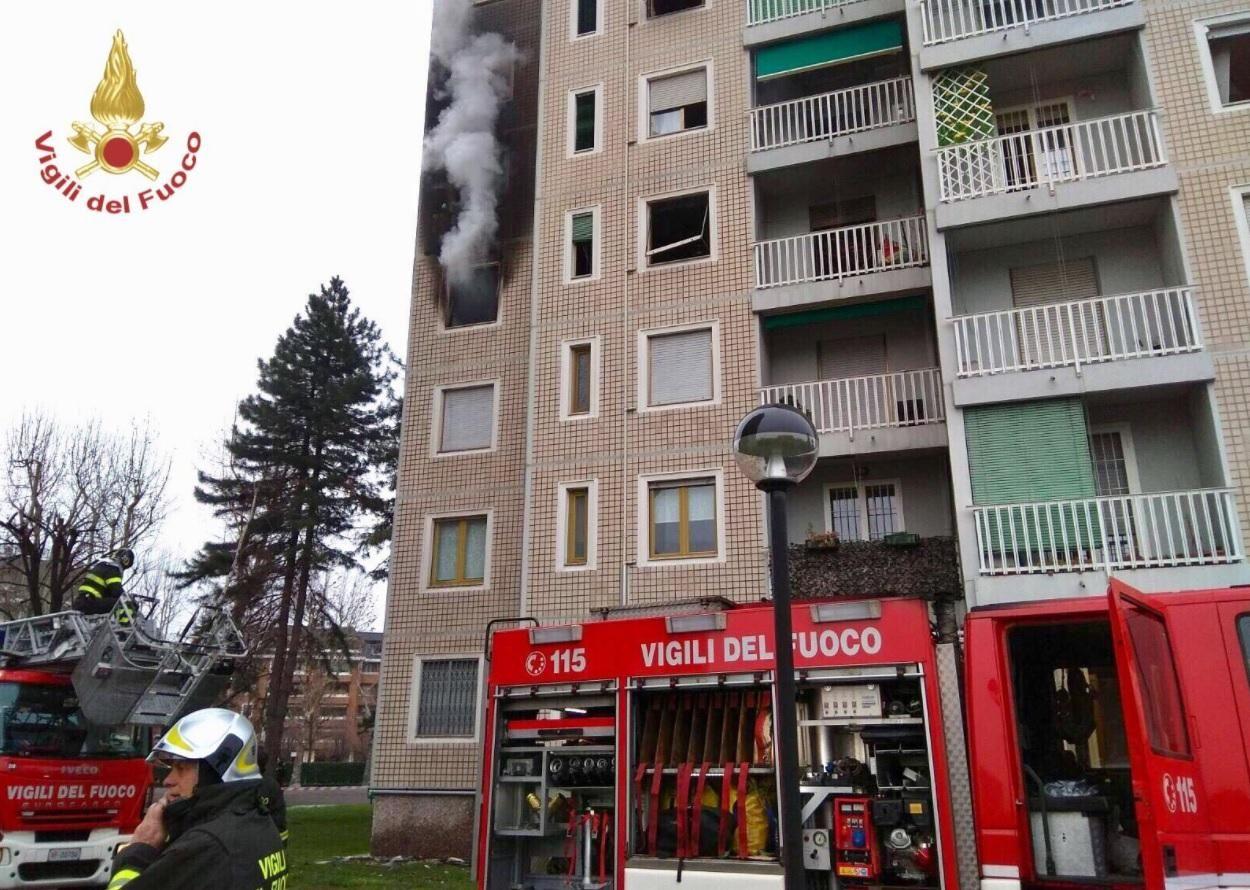 Milano : incendio in un palazzo di 14 piani : Tutto il palazzo è stato evacuato - Video Live