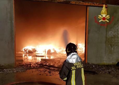 Savona, incendio in un deposito di rifiuti: allarme nube tossica, scuole chiuse