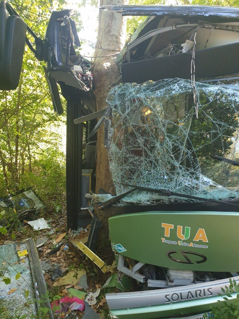 Pullman contro un albero! Almeno 30 feriti, gravissima una ragazza di 17 anni