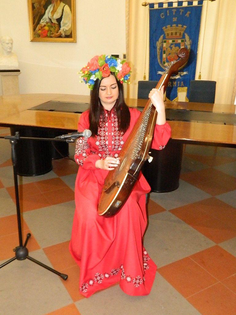 Il concerto della musicista - cantante ucraina Eka nella sala Sicurezza di Formia il 25 maggio