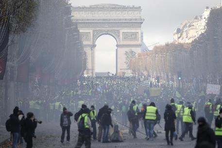 Gilet gialli, è guerriglia a Parigi per l'aumento del prezzo dei carburanti