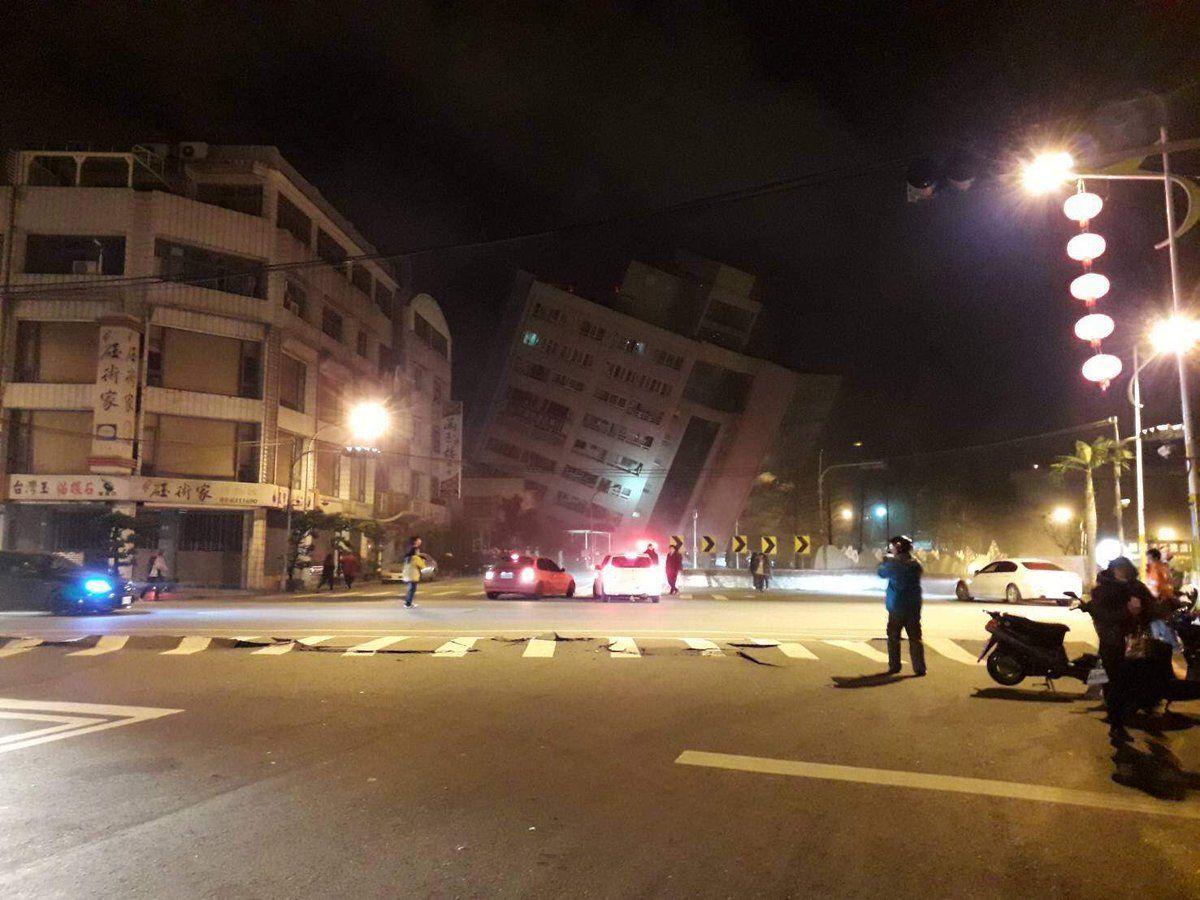 Terremoto a Taiwan, crolla un hotel