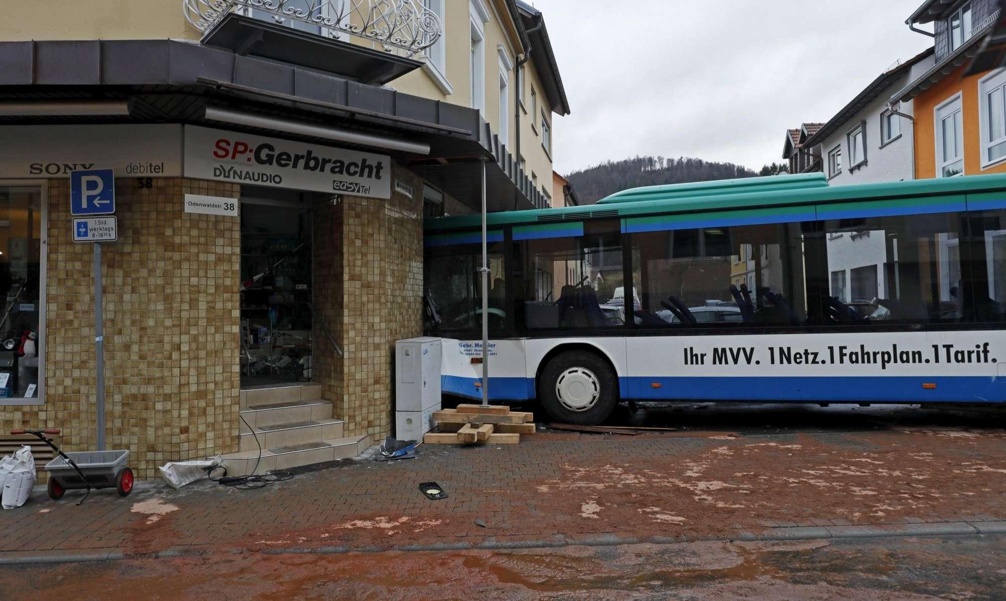 Germania, scuolabus si schianta contro un edificio: feriti 43 bambini