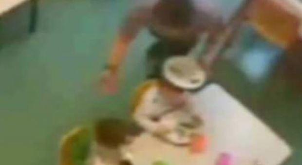 Maestre d'asilo arrestate a Parma : facevano mangiare i bambini come animali