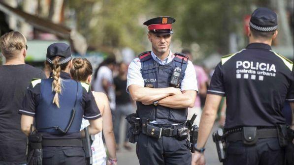 Barcellona : Ucciso un algerino che grida Allahu Akbar e assalta commissariato