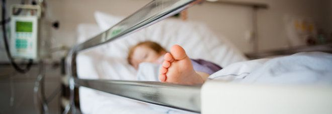 Milano, bimbo di 20 mesi ricoverato in gravissime condizioni : Ha ingerito hashish, forse del papà