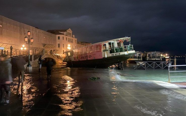 Venezia in ginocchio, attesa nuova marea