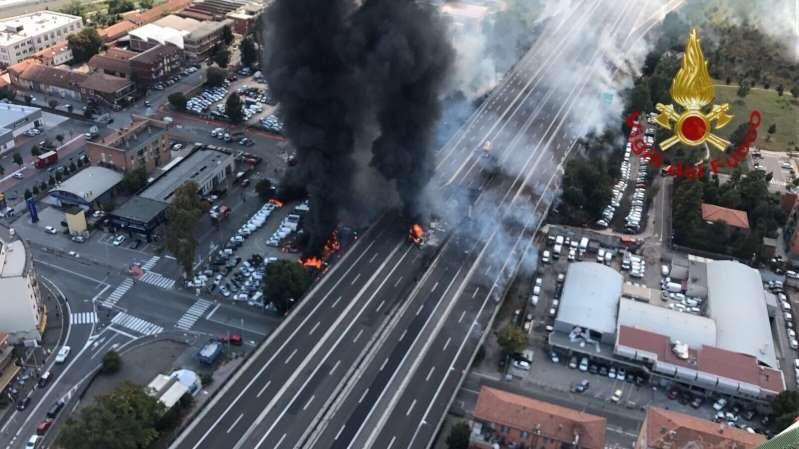 Esplosione sulla A14 a Bolagna : Ecco cosa è successo