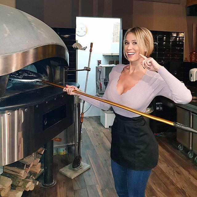 Che scollatura! Tutti vorrebbero una pizza fatta da Diletta Leotta