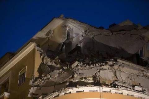 Crollano tre piani di un palazzo a roma nessuna vittima for Palazzo a 4 piani