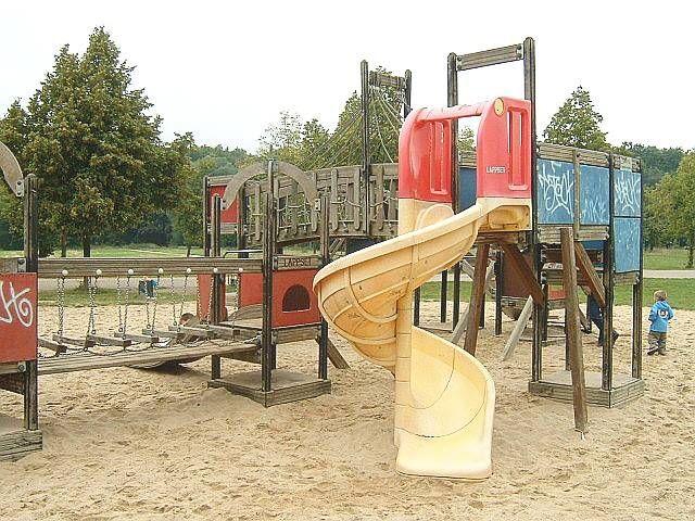 Lo fanno al parco giochi nell'area bimbi! Denunciati focosi coniugi 48enni