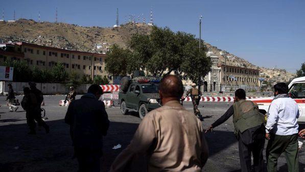 Attentato Kabul : kamikaze si fa esplodere davanti a banca