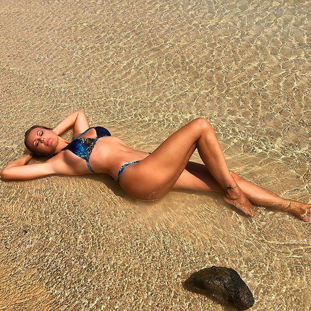 Eva Henger, troppo se** per quel bikini! lato B in bella vista e curve mozzafiato
