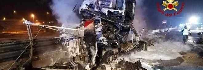 Cisterna sbanda, travolge autocarro ed esplode! Un morto e un ferito