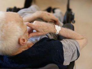Anziano costretto a mangiare feci dalle badanti! Chiusa casa per anziani