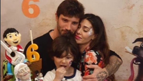 Belen Rodriguez e Stefano De Martino abbracciati alla festa del figlio