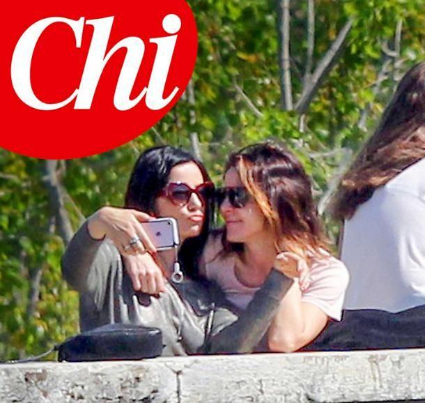 Claudia Gerini tenerissima con Alessia Barela sul lungo Tevere a Roma